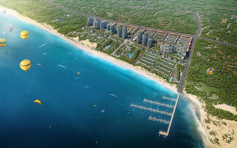 Thanh Long Bay thụ hưởng bờ biển dài 1,7km, khí hậu ổn định, bãi cát, sóng và hướng gió đều an toàn phù hợp cho các hoạt động thể thao biển.