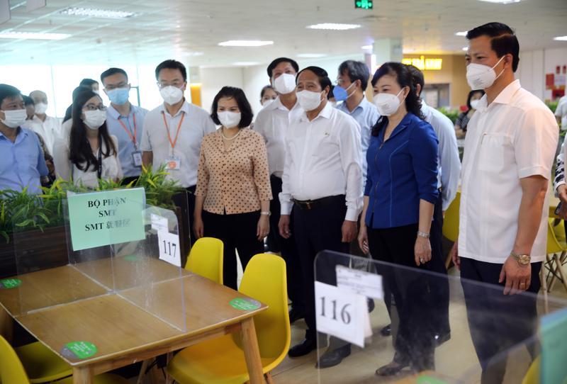 Phó Thủ tướng Lê Văn Thành kiểm tra căng-tin của công nhân công ty Goertek - Ảnh: VGP/Đức Tuân