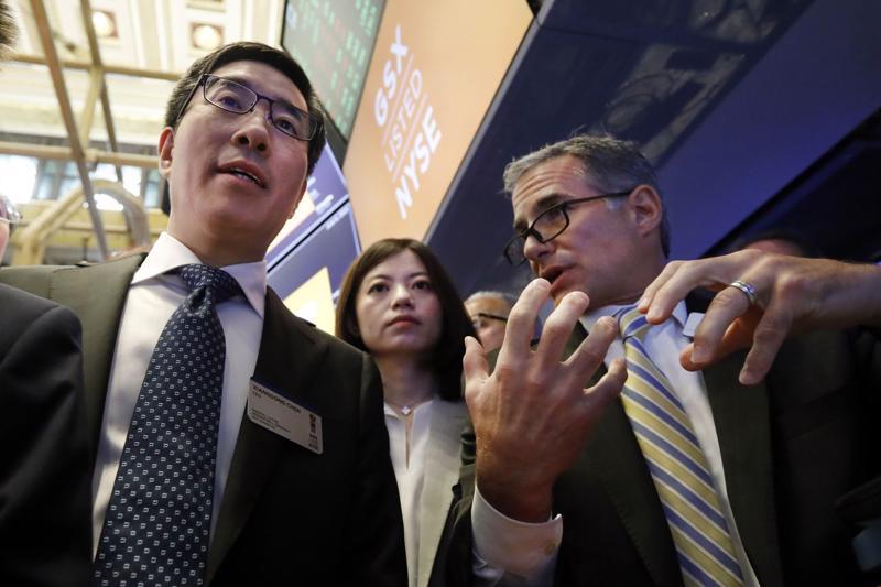 Larry Chen (trái) tại Sở giao dịch chứng khoán New York (NYSE) hồi năm 2019 - Ảnh: AP.