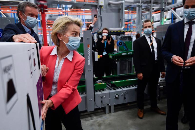 Bà Ursula von der Leyen, Chủ tịch Uỷ ban châu Âu (EC), thăm một nhà máy sản xuất vaccine Pfizer hồi tháng 4 - Ảnh: WSJ.