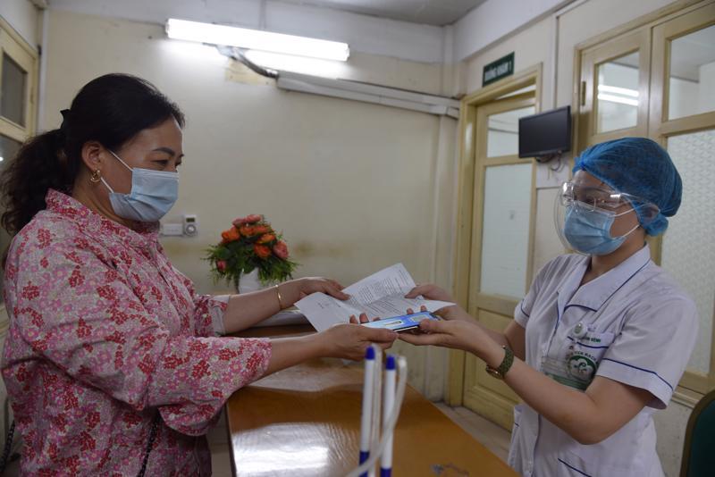 Người dân đăng ký khám chữa bệnh tại Bệnh viện Bạch Mai. Ảnh - BHXH Việt Nam.