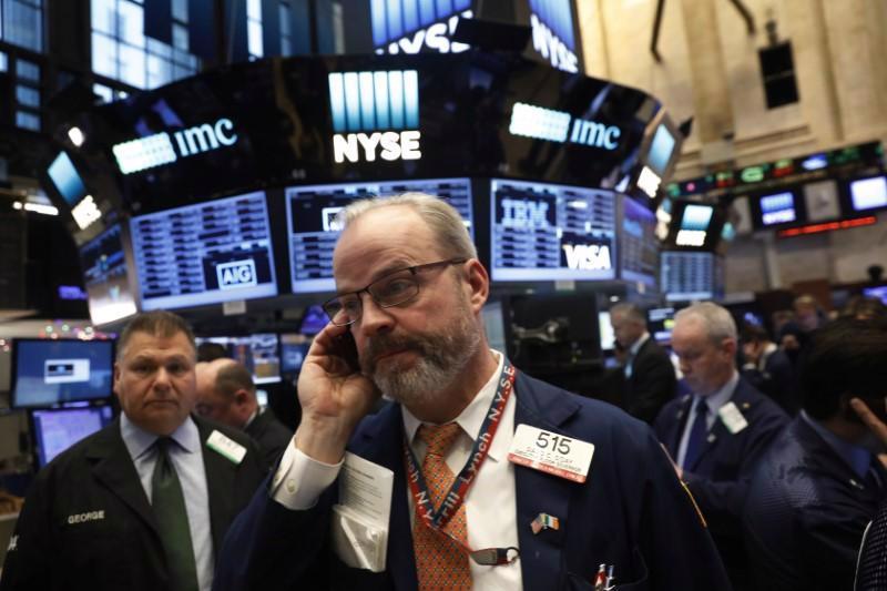 Các nhà giao dịch cổ phiếu trên sàn NYSE ở New York - Ảnh: Reuters.