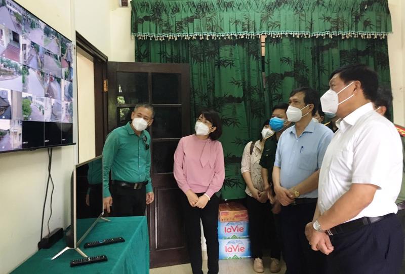 Thứ trưởng Bộ Y tế Đỗ Xuân Tuyên kiểm tra hệ thống camera giám sát tại khu cách ly tập trung thuộc Trung đoàn 833 (khu Đại Phúc, thành phố Bắc Ninh).