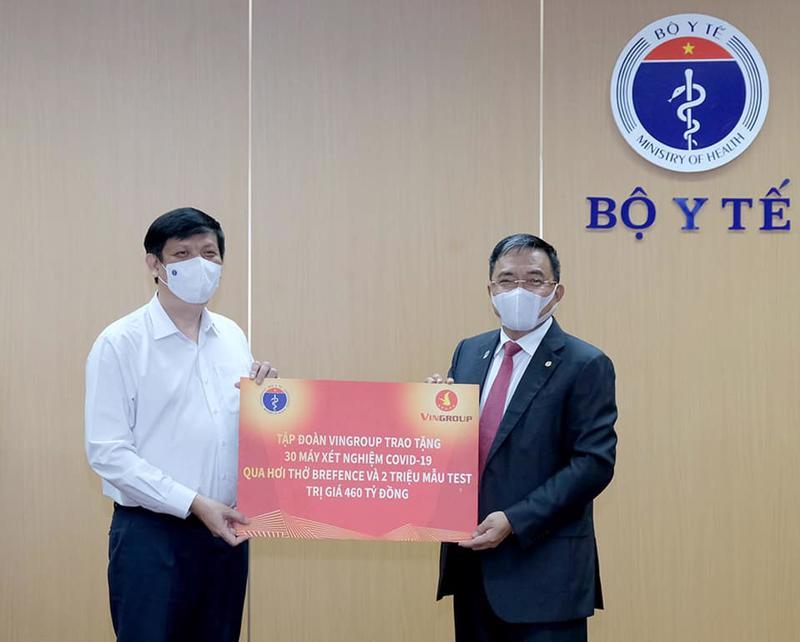 Bộ trưởng Bộ Y tế Nguyễn Thanh Long tiếp nhận 30 máy xét nghiệm Covid-19 qua hơi thở của Tập đoàn Vingroup.