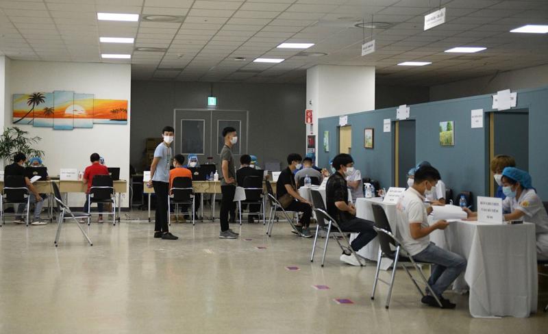 Công nhân Công ty Điện tử Samsung Electronic Việt Nam thuộc Khu công nghiệp Yên Phong chờ tiêm vaccine. Ảnh - Anh Tuấn.