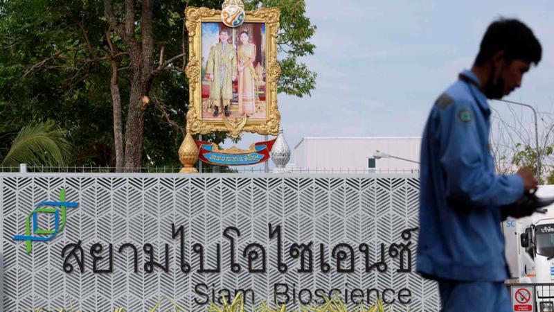 Hình của Quốc vương và Hoàng hậu Thái Lan được đặt trước cổng một nhà máy Siam Bioscience ở Bangkok - Ảnh: Reuters