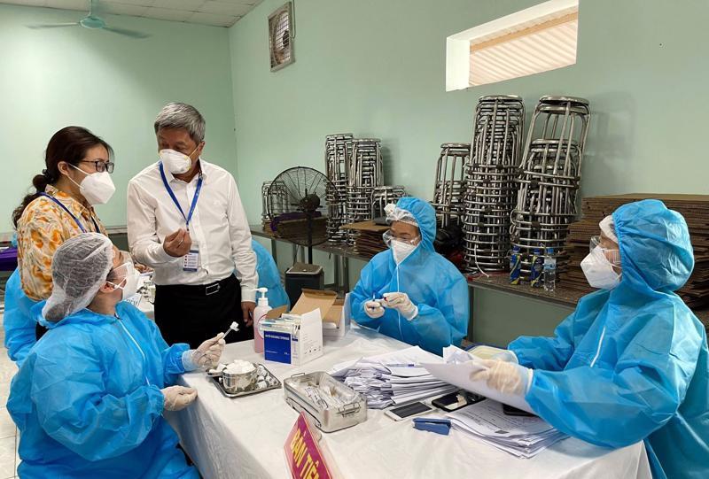 Thứ trưởng Bộ Y tế Nguyễn Trường Sơn kiểm tra công tác tiêm vaccine cho công nhân tại huyện Tân Yên, tỉnh Bắc Giang.