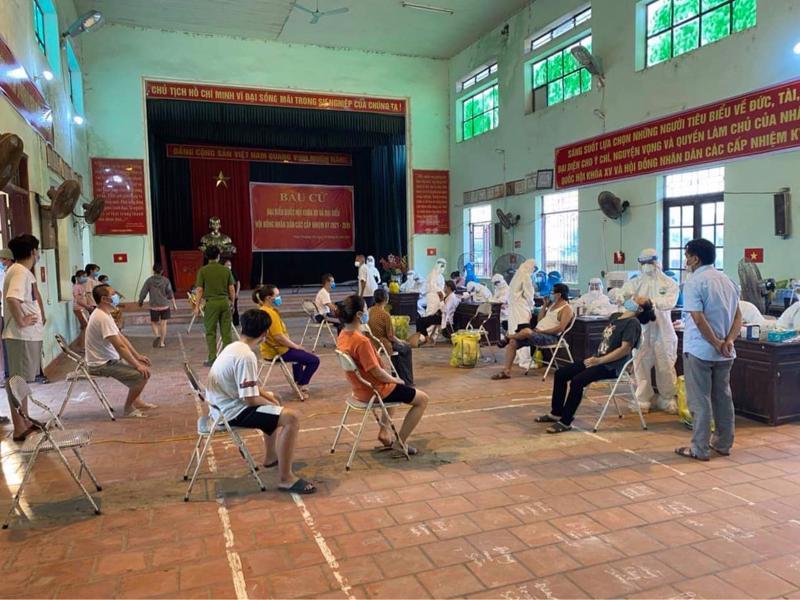 Lấy mẫu xét nghiệm cho người dân huyện Thuận Thành, Bắc Ninh.
