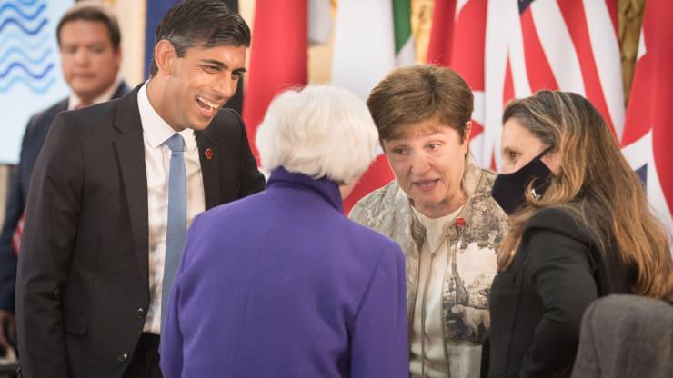 Từ trái qua: Bộ trưởng Bộ Tài chính Anh Rishi Sunak, Bộ trưởng Bộ Tài chính Mỹ Janet Yellen, Giám đốc điều hành Quỹ Tiền tệ Quốc tế (IMF) Kristalina Georgieva, và Bộ trưởng Bộ Tài chính Canada Chrysitia Freeland trò chuyện trong ngày đầu tiên của hội nghị bộ trưởng bộ tài chính G7 ở London, ngày 4/6 - Ảnh: Getty/CNBC.