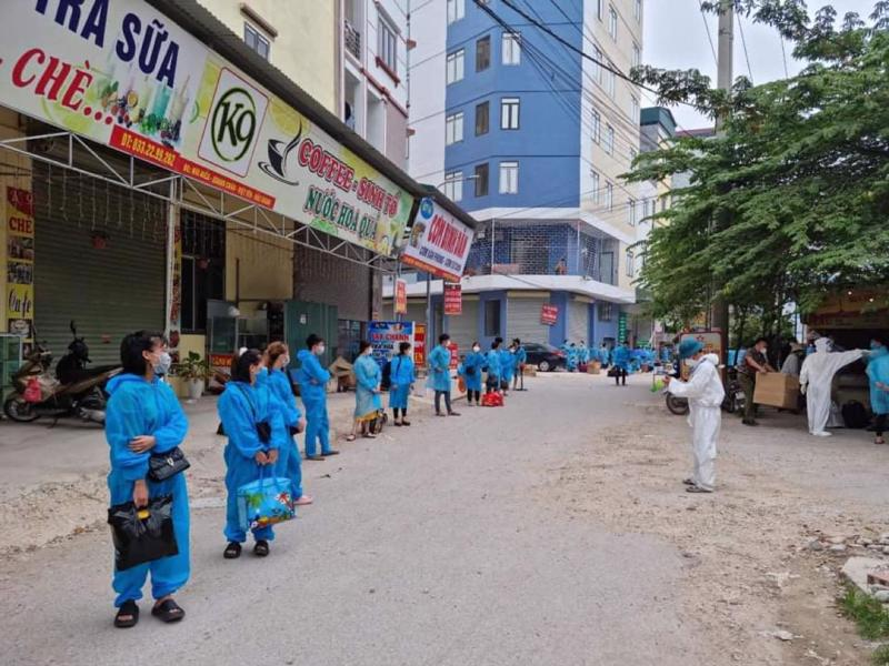 """Cơ quan chức năng tiến hành di dời công nhân khỏi """"điểm nóng"""" Núi Hiểu (xã Quang Châu) tới các khu cách ly tập trung."""