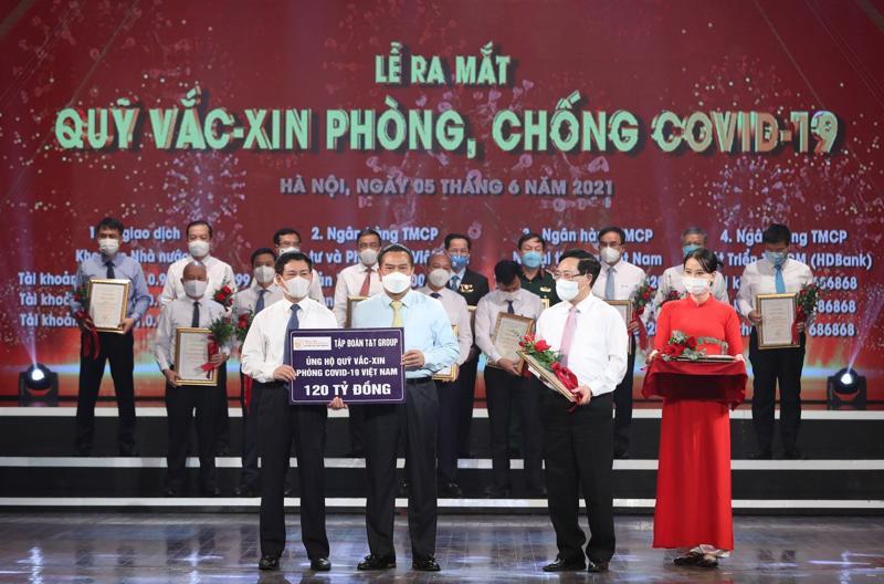 Đại diện Tập đoàn T&T Group trao tặng Quỹ vaccine phòng chống Covid-19 120 tỷ đồng.