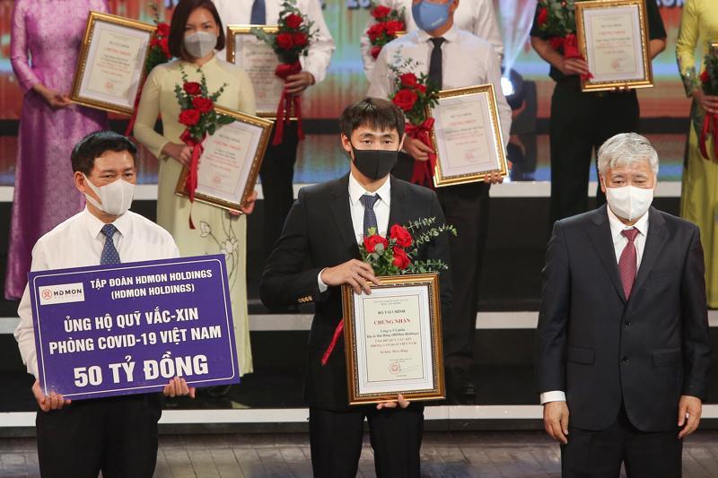 Đại diện Tập đoàn HDMon Holdings trao tặng 50 tỷ đồng cho Quỹ vaccine phòng, chống Covid-19 tại buổi lễ.