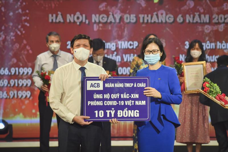 Đại diện ngân hàng ACB trao số tiền 10 tỷ đồng ủng hộ Quỹ vaccine phòng chống Covid-19 Việt Nam.
