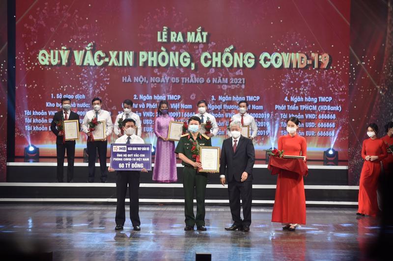 Ông Trần Minh Đạt - Phó Tổng giám đốc MB trao tặng số tiền 60 tỷ cho Quỹ vaccine phòng chống Covid-19.