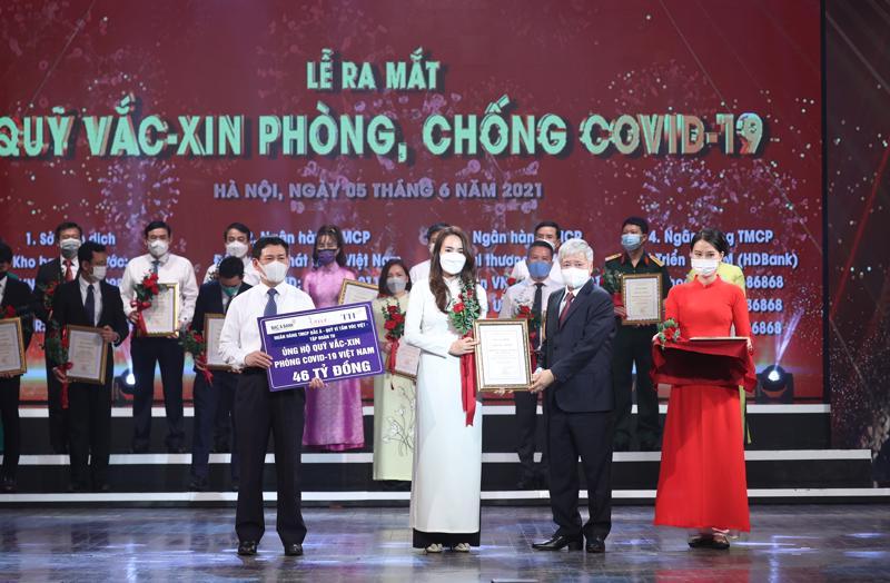 Hàng trăm doanh nghiệp đã thể hiện trách nhiệm xã hội của mình bằng hành động thiết thực, trong đó có Tập đoàn TH, Ngân hàng Thương mại Cổ phần Bắc Á và Quỹ Vì tầm vóc Việt với số tiền ủng hộ là 46 tỷ đồng (2 triệu USD).