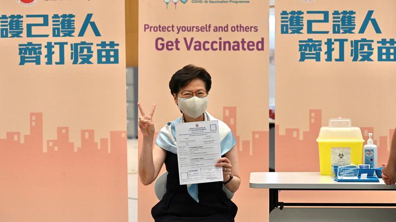 Bà Lâm Trịnh Nguyệt Nga, Đặc khu trưởng Hồng Kông tiêm vaccine Covid-19 vào tháng 2/2021 - Ảnh: Financial Times