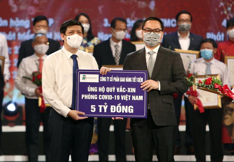 Ông Phạm Hồng Quân - Chủ tịch Hội đồng Quản trị, Tổng giám đốc Giao Hàng Tiết Kiệm trao tặng số tiền 5 tỷ đồng cho Quỹ vaccine phòng chống Covid-19.