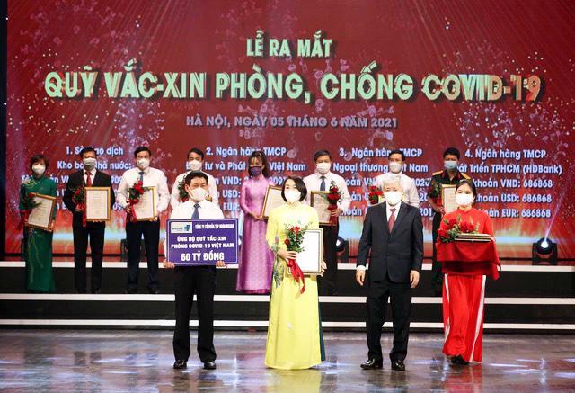 Bà Nguyễn Thị Phương - Phó Tổng giám đốc thường trực Công ty VinCommerce đại diện Tập đoàn Masan trao 60 tỷ đồng đến Quỹ vaccine phòng chống Covid-19.