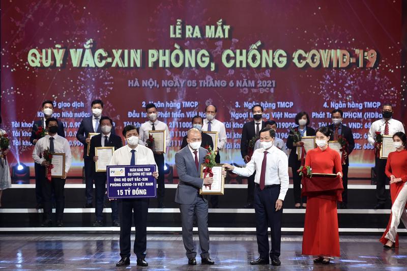 Ông Nguyễn Anh Tuấn, Phó Tổng giám đốc - đại diện PVcomBank trao tặng 15 tỷ đồng cho Quỹ vaccine phòng, chống Covid-19.