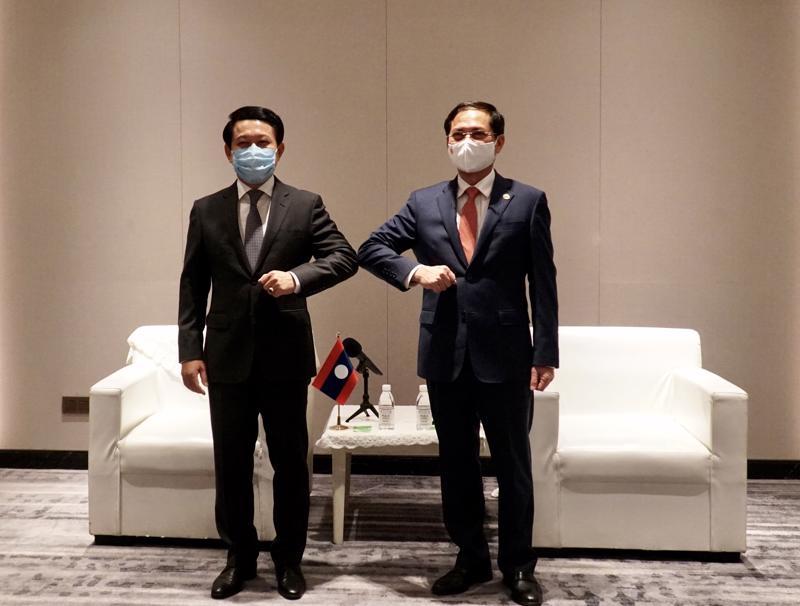 Bộ trưởng Ngoại giao Bùi Thanh Sơn (phải) và Bộ trưởng Ngoại giao Lào Saleumxay Kommasith - Ảnh: Bộ Ngoại giao.