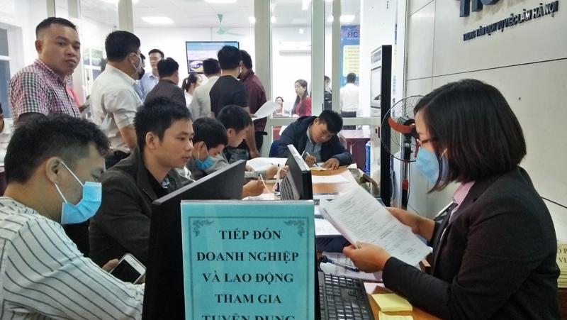 Người lao động đăng ký phỏng vấn việc làm tại Trung tâm Dịch vụ việc làm Hà Nội. Ảnh - N.Dương.