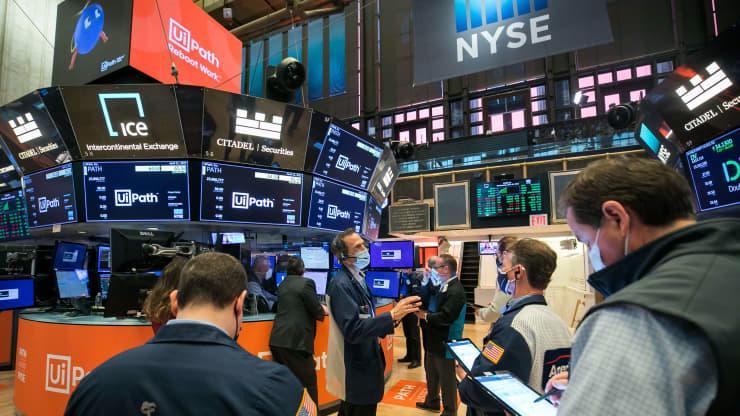 Các nhà giao dịch cổ phiếu trên sàn NYSE ở New York, Mỹ - Ảnh: NYSE/CNBC.