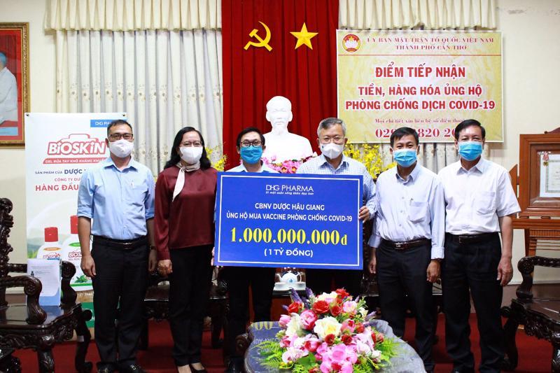 Ông Đoàn Đình Duy Khương - Tổng giám đốc Điều hành đại diện Dược Hậu Giang trao tặng 1 tỷ đồng vào quỹ vaccine phòng Covid-19 cho Ông Nguyễn Trung Nhân - Chủ tịch Uỷ ban Mặt trận Tổ quốc Việt Nam thành phố Cần Thơ.
