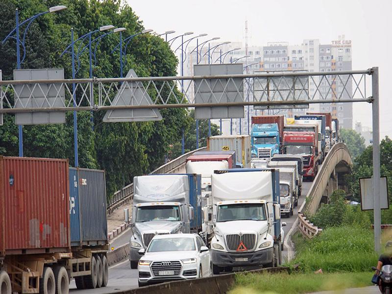 Chiếm 90% lượng container vào TP.HCM, đường dẫn vào khu vực cảng Tân Cảng - Cát Lái luôn trong tình trạng kẹt cứng