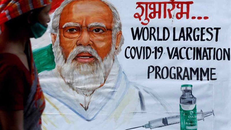 Một bức vẽ Thủ tướng Ấn Độ Narendra Modi trong chương trình quảng bá tiêm phòng Covid-19 trên đường phố ở Mumbai - Ảnh: Reuters.