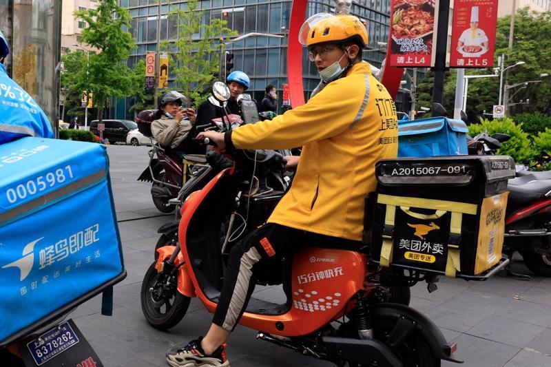 Một đối tác giao đồ ăn của Meituan tại Thượng Hải - Ảnh: AP