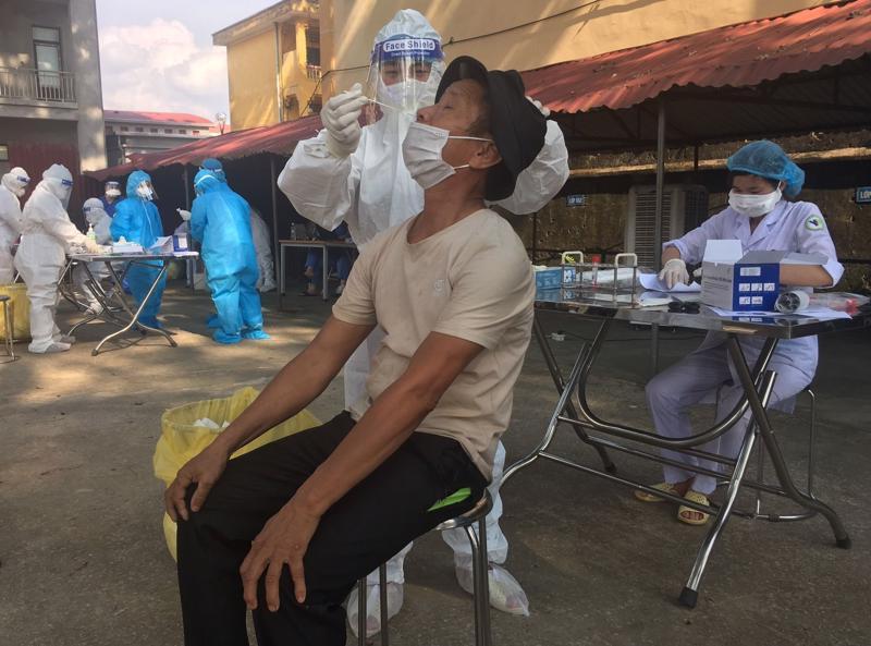 Lấy mẫu xét nghiệm cho người dân tại Bắc Ninh.