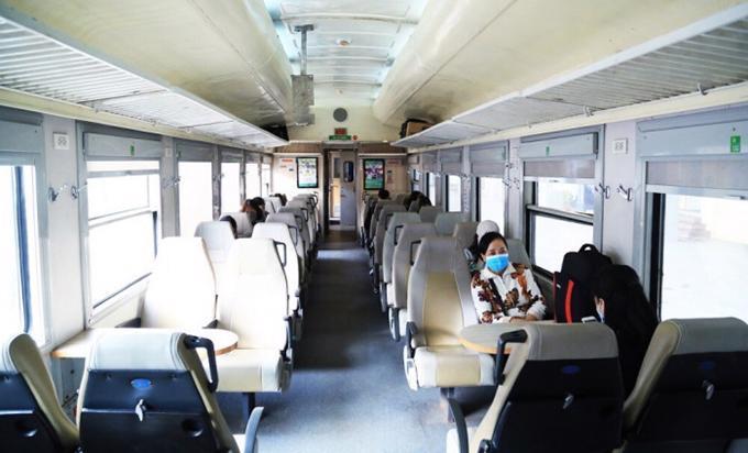 Trên mỗi toa tàu chỉ có 1 vài khách, thậm chí có toa không có vị khách nào