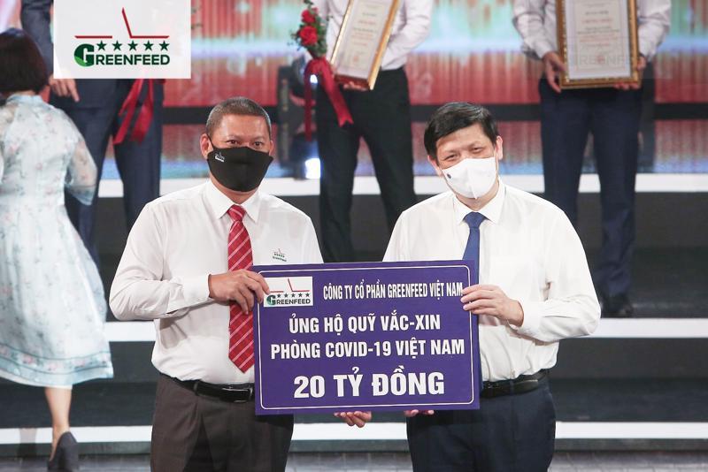 Ông Đào Lê Vũ - Tổng giám đốc Ngành Chăn nuôi miền Bắc (bên trái), đại diện GREENFEED Việt Nam trao tặng 20 tỷ đồng cho Quỹ Vaccine phòng Covid-19.