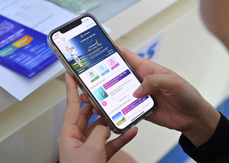 Khách hàng truy cập ứng dụng VinaPhone Plus đổi điểm nhận quà tặng.