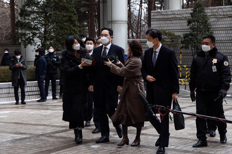 Ông Lee Jae-yong, Phó chủ tịch Samsung Electronics đến Tòa án Cấp cao Seoul vào tháng 1 năm nay - Ảnh: Bloomberg