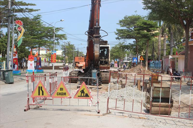 Dự án hệ thống thoát nước và vệ sinh môi trường đô thị huyện Núi Thành, Quảng Namthi công chậm trễ khiến nhiều người dân bức xúc.