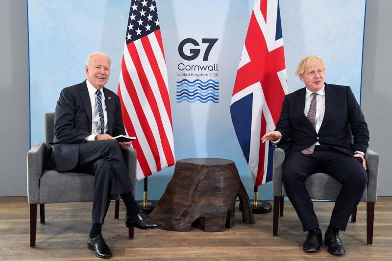 Thủ tướng Anh Boris Johnson (phải) tiếp Tổng thống Mỹ Joe Biden trước thềm hội nghị thượng đỉnh G7, tại Carbis Bay, ngày 10/6 - Ảnh: Reuters.