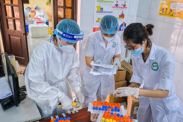 Lấy mẫu xét nghiệm Covid-19 tại Bắc Giang. Ảnh - Anh Văn.