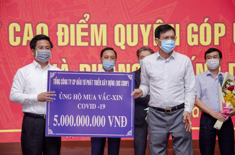 Đại diện Tập đoàn DIC trao bảng tượng trưng ủng hộ 5 tỷ đồng mua vaccine và phòng, chống dịch bệnh Covid-19 cho Ủy ban Mặt trận Tổ quốc Việt Nam tỉnh Bà Rịa - Vũng Tàu.