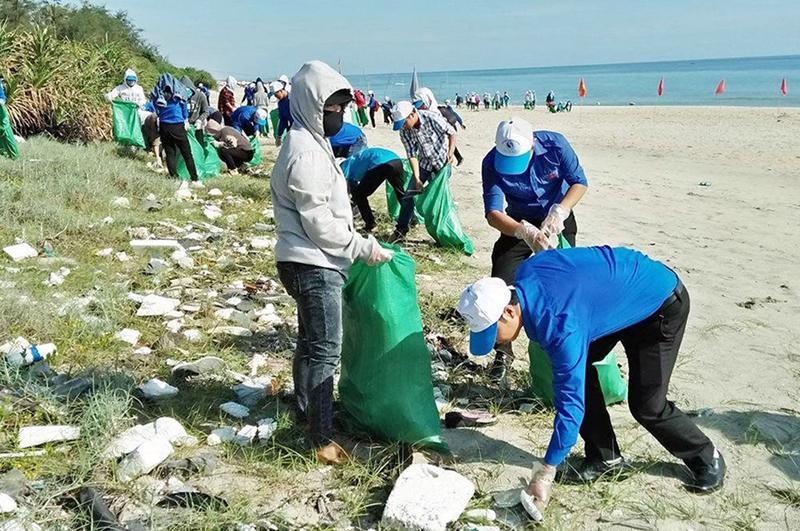 Tình nguyện viên nhặt rác làm sạch bãi biển.