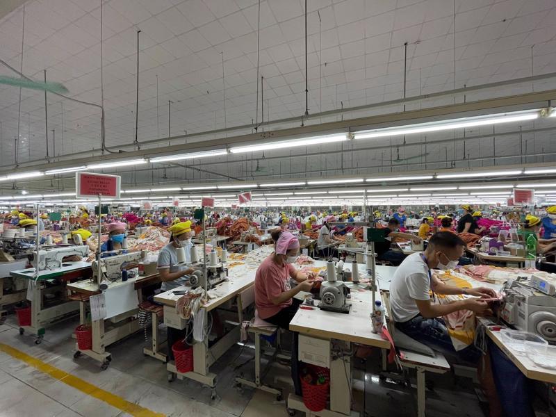 Công nhân phải được xét nghiệm 2 lần âm tính trước khi vào làm việc tại nhà máy. Ảnh - Đức Duy.