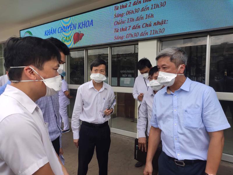 Thứ trưởng Nguyễn Trường Sơn và đoàn Bộ Y tế làm việc với lãnh đạo Bệnh viện Bệnh Nhiệt đới TP. HCM.