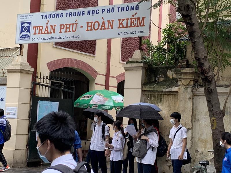 Thí sinh dự thi buổi thứ 2 ở Điểm thi Trường trung học phổ thông Trần Phú-Hoàn Kiếm