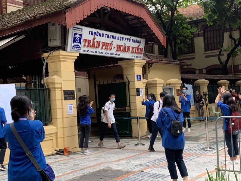 Học sinh hoàn thành bài thi tại điểm thi Trường trung học phổ thông Trần Phú-Hoàn Kiếm