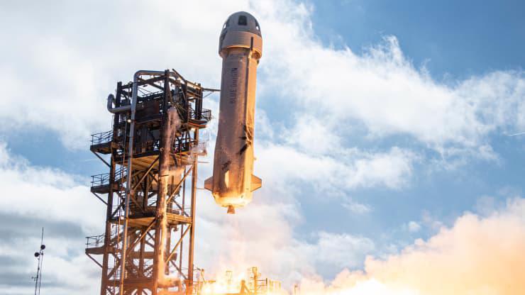 Tàu tên lửa New Shepard trong một chuyến bay thử - Ảnh: Blue Origin.