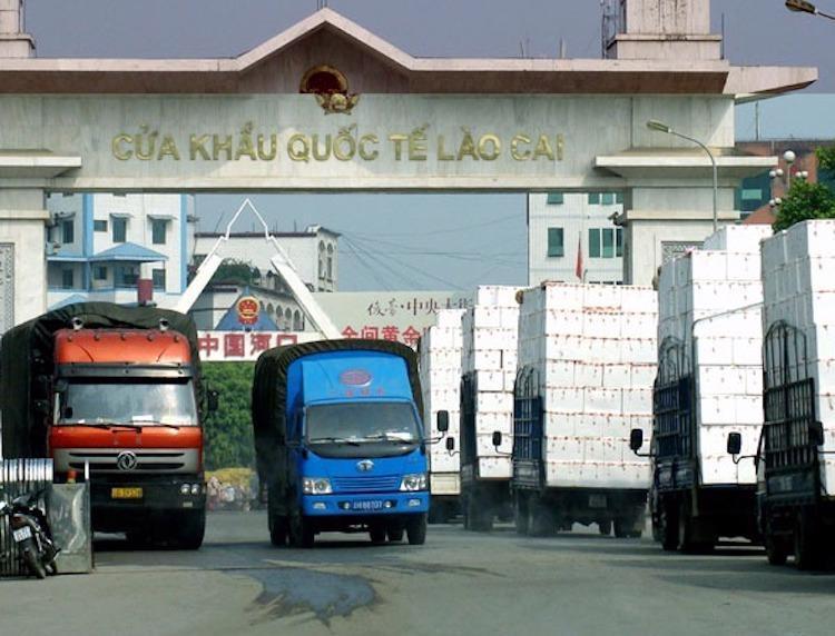 Tấp nập hoạt động xuất nhập khẩu hàng hóa tại cửa khẩu quốc tế Lào Cai