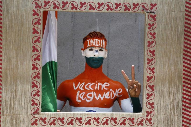 Rajkumar Haryani, 38 tuổi, chụp ảnh sau khi vẽ hình toàn thân nhằm nhận thức về việc tiêm chủng Covid-19 ở Ahmedabad, Ấn Độ - Ảnh: AP