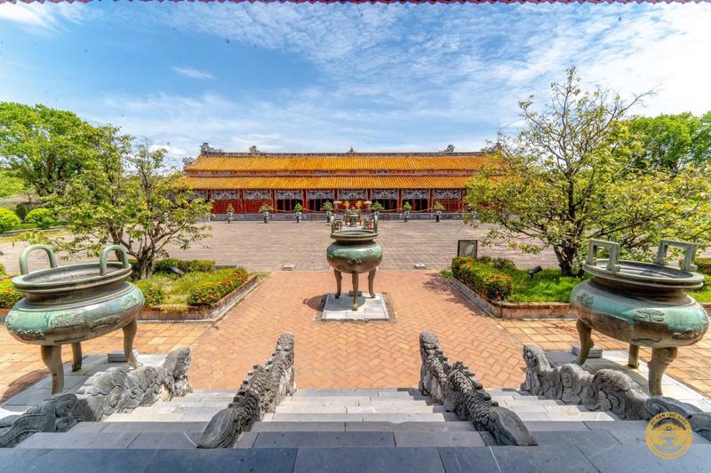 Cửu đỉnh gắn liền với thụy hiệu của các vua nhà Nguyễn, được đặt ở vị trí đối diện với án thờ các vua bên trong Thế Tổ Miếu. Ảnh: Trung tâm Bảo tồn Di tích Cố đô Huế