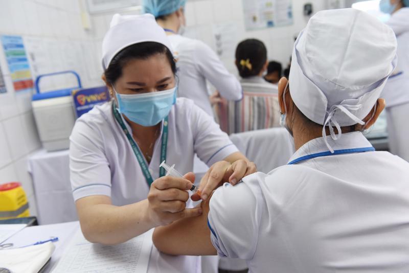 TP.HCM đẩy nhanh việc tiêm vaccine Covid-19 để ngăn ngừa lây lan nhanh trong cộng đồng.