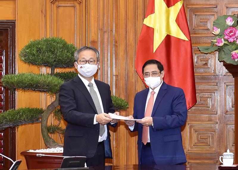 Đại sứ Nhật Bản chuyển thông điệp của Thủ tướng Nhật Bản Suga Yoshihide gửi Thủ tướng Chính phủ Phạm Minh Chính - Ảnh: VGP